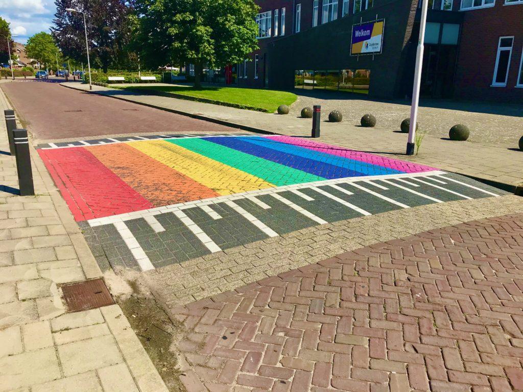 oversteekplaats in regenboogkleuren